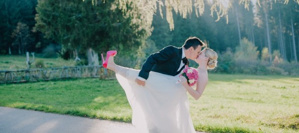 hochzeit-brautpaar-pink-bayerischer-wald-einoedhof-waldeck-nadine-lorenz