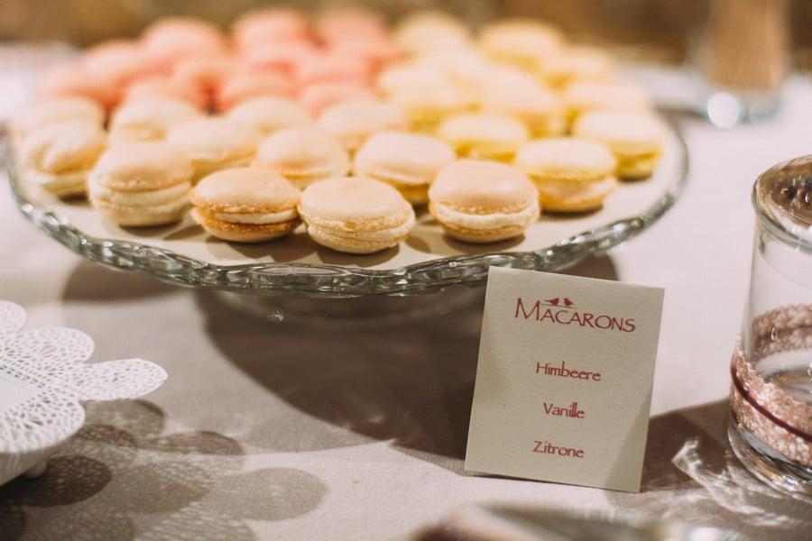 Macarons in den Geschmacksrichtungen Zitrone, Himbeere und Vanille