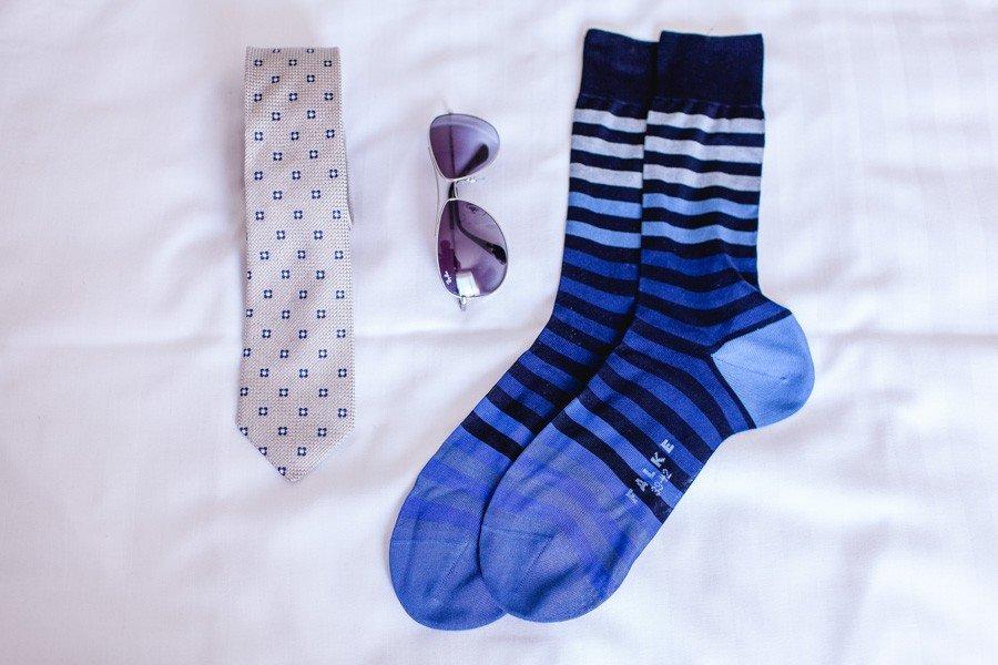 braeutigam-outfit-blau-socken-krawatte