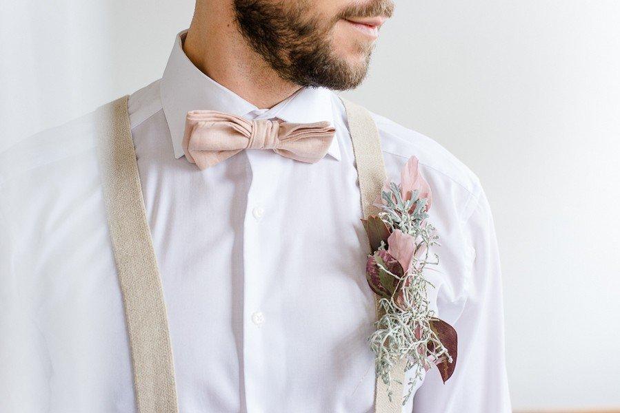Bräutigam in Blush, wild und natürlich das Anstecksträußchen.
