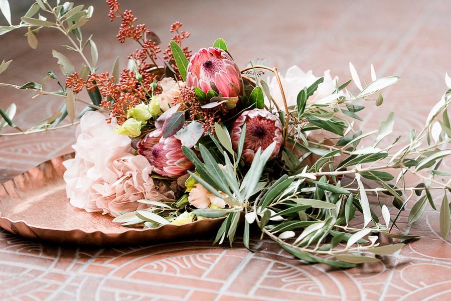 Großer Brautstrauß mit Zweigen, Blättern und Distelblüten in hellem amarone.
