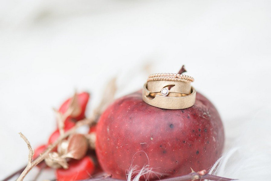 Herbstlich-winterliche Hochzeit mit Gold und Beeren