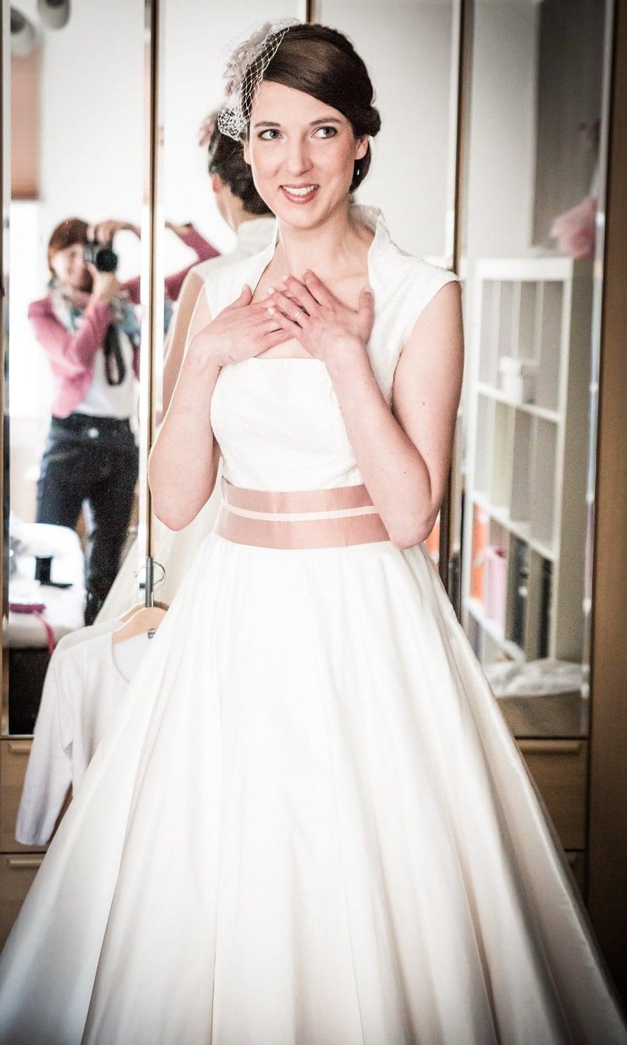 Brautkleid im Stil der 60er Jahre mit Altrosa Gürtel von noni
