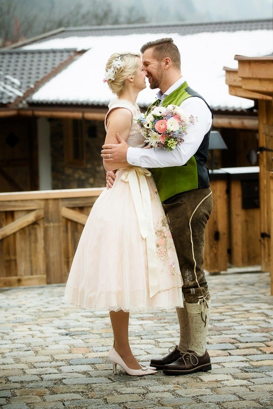 Welche Farben Passen Zu Einer Rosa Hose : kurzes, zartrosafarbenes BrautDirndl  kleiner Strauß  Blüten [R