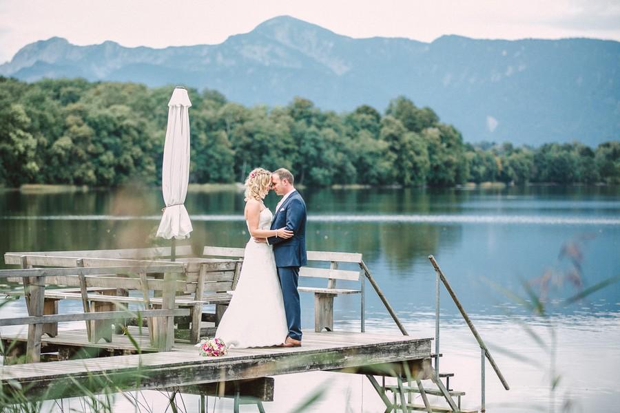 Echte Hochzeit mit grafischem Hochzeitsthema, romantischem Brautkleid und moderner Location in Pink, Rosa und Grau