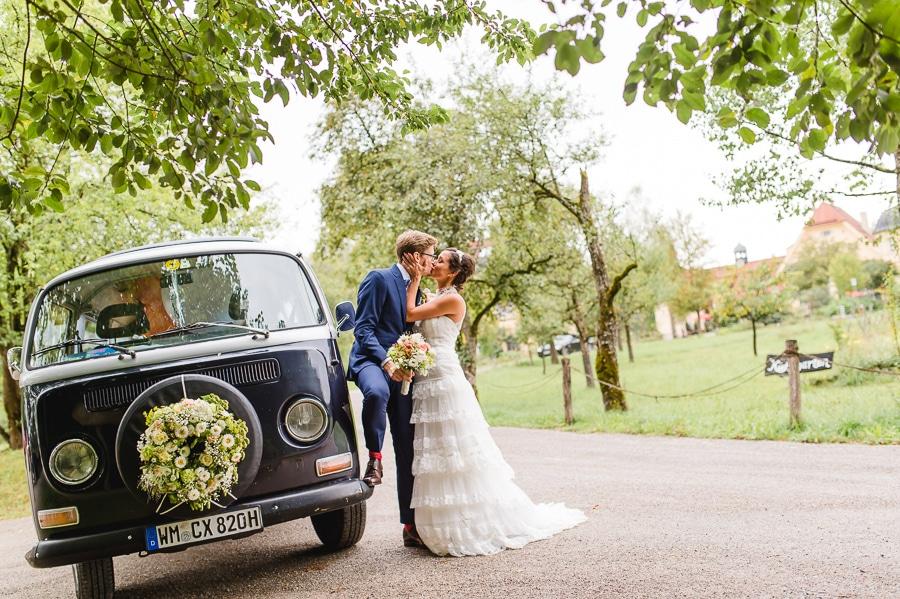 Brautpaar mit schwarzem VW Bulli