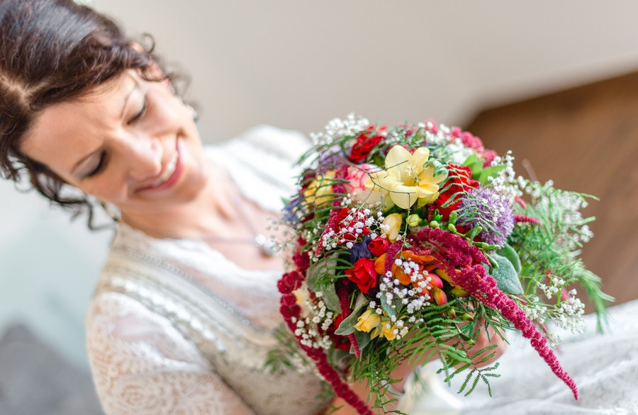 Wilder Blumenstrauß passend zum Brautdirndl