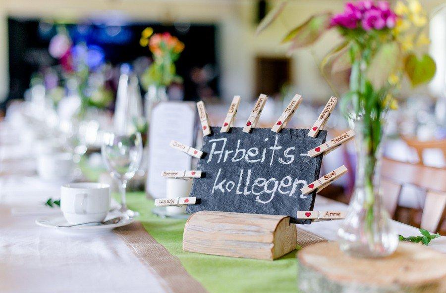 Hochzeit: Tischbezeichnungen auf Schiefertafel