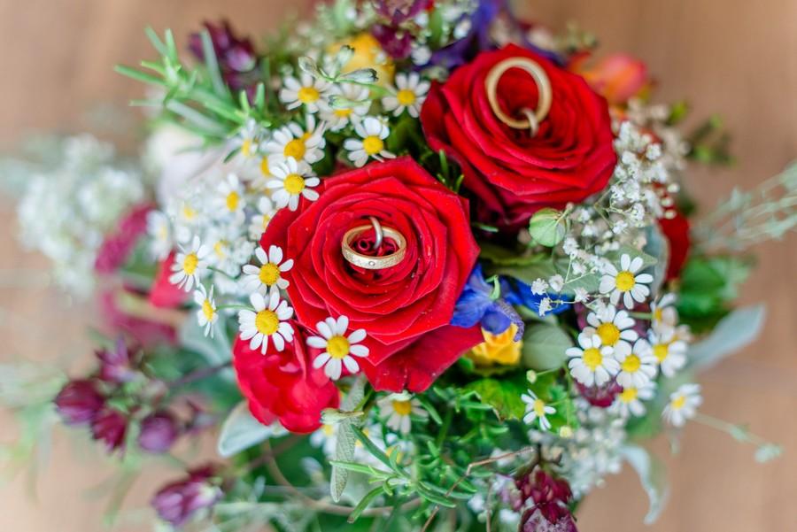 Wilder Blumenstrauß als Ringkissen zur Hochzeit