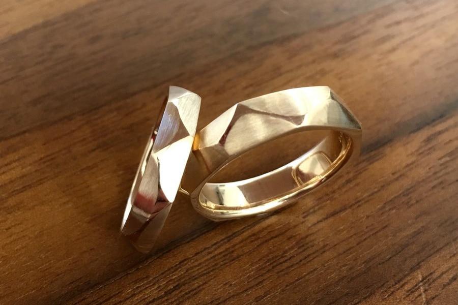 Moderne Trauringe in Gold im Zickzack-Design von der Goldschmiede Form ...