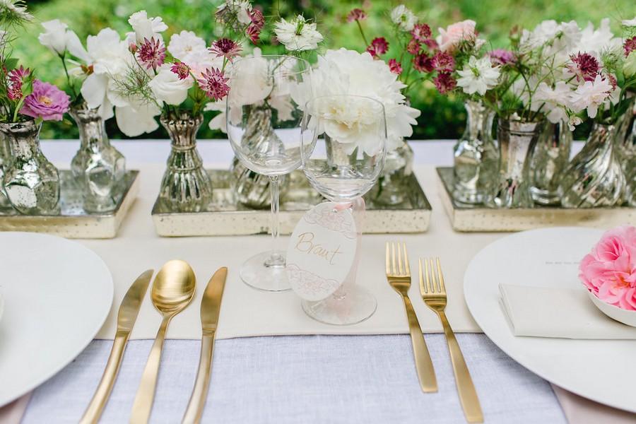 Zarte Tischdeko und ein fruchtiger sweet table im Vintage-Stil