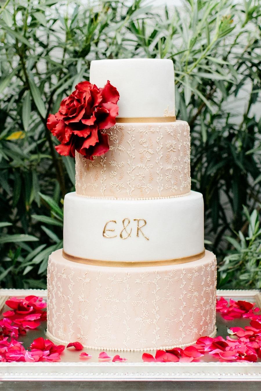 Kunstvolle Hochzeitstorte mit zarter Verzierung in blush und Weiß