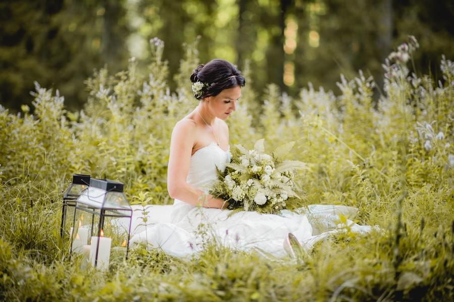 Inspirationen für eine natürliche Hochzeit mit Farnen. Ein styled Shoot in den Bayerischen Alpen von Trauwerk und Hochzeitsgezwitscher