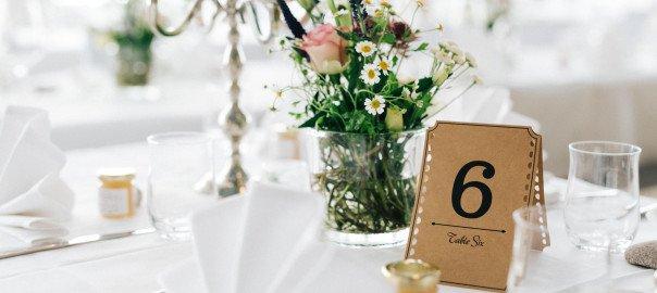 Süße Tischdeko im Boho-Vintage-Stil bei einer Gartenhochzeit