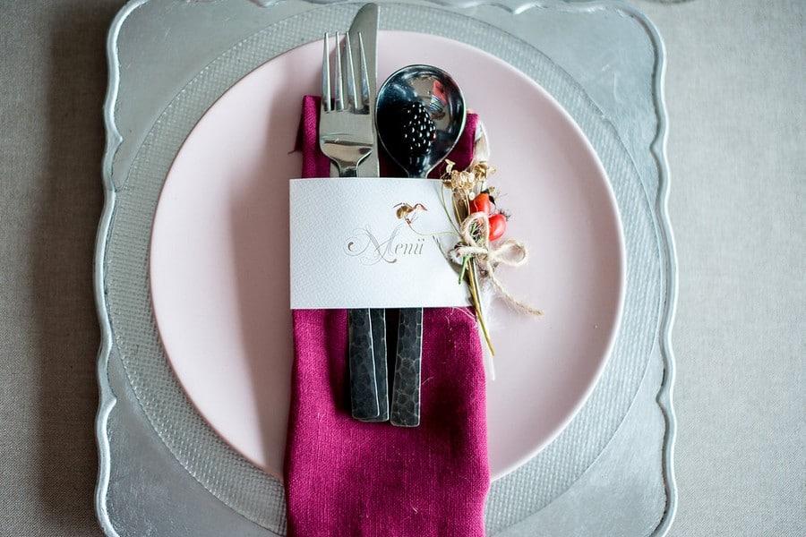 """Inspiration für eine Hochzeit in Beerentönen und Rot im Boho-Stil im """"Hotel 12"""" in den Alpen."""