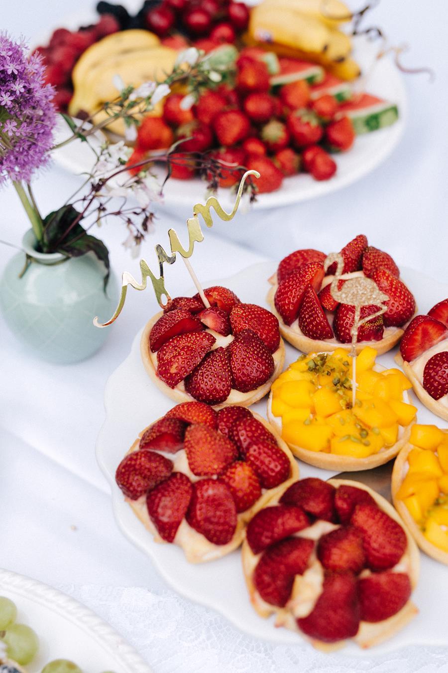 Sweet Table mit Obst und Beeren bei einer Hochzeit